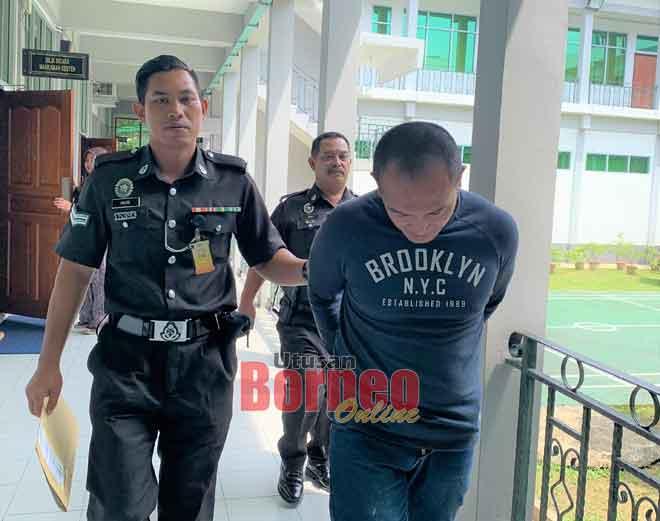 Abu Bakar (kanan) dibawa keluar dari Mahkamah Sesyen selepas dijatuhkan hukuman.