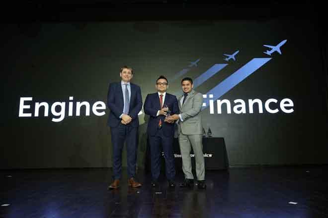 (Dari kiri) Pengarang Urusan Airline Economics Philip Tozer-Pennington, Ketua Kewangan Penerbangan AirAsia Farhan Zainul dan Penasihat Kanan Asia Aviation Capital Aaron Gomez pada majlis anugerah Airline Economics Asia Pacific Aviation 100.