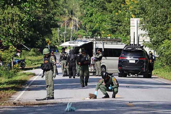 Anggota skuad bom memeriksa tapak serangan di mana pemberontak Islam disyaki menembak mati 15 orang di wilayah Yala, selatan Thailand semalam. — Gambar Tuwaedaniya Meringing/AFP