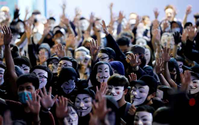 Penunjuk perasaan memakai topeng Guy Fawkes semasa menyertai perhimpunan antikerajaan di Hong Kong, China kelmarin. — Gambar Kim Kyung Hoon/Reuters