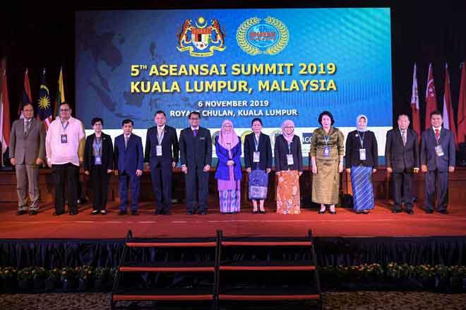 Wan Azizah (tengah) ketika bergambar kenangan bersama para deligasi selepas merasmikan Sidang Kemuncak Institut Audit Tertinggi ASEAN (ASEANSAI) 2019 di Kuala Lumpur, semalam. — Gambar Bernama