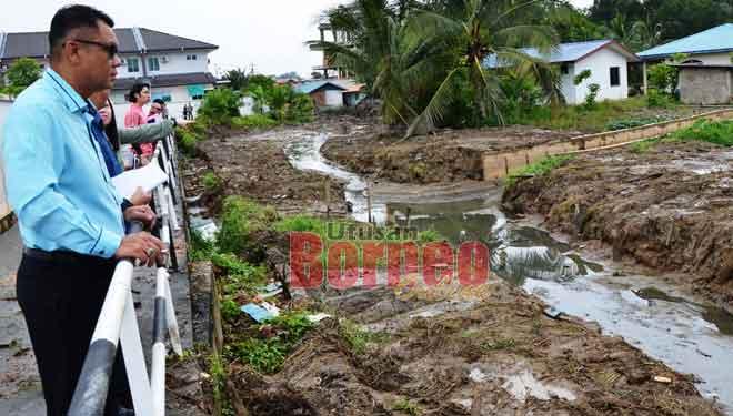 Muhammad Dino (kiri) bersama pegawai dan kakitangan agensi kerajaan melawat dan meninjau perkembangan projek pembersihan dan mendalamkan Sungai Sebab bagi menangani masalah banjir kilat di Kampung Kemunting.