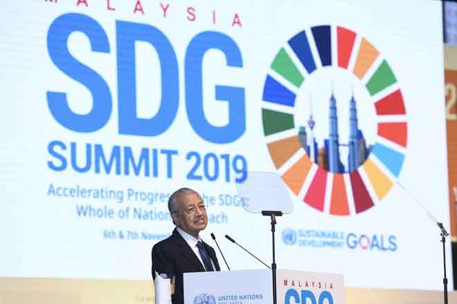 Dr Mahathir ketika berucap pada Sidang Kemuncak Matlamat Pembangunan Lestari (SDG) Malaysia 2019 di Pusat Konvensyen Kuala Lumpur semalam. — Gambar Bernama