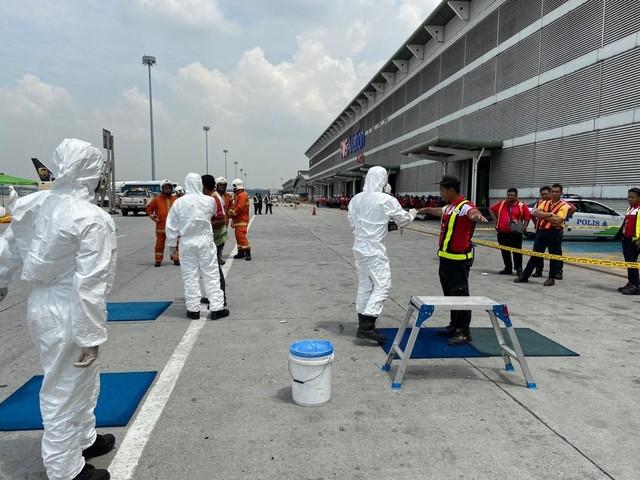 Jabatan Bomba dan Penyelamat (JBPM) mengadakan ujian saringan keatas semua staff yang terlibat sebagai langkah keselamatan selepas mendapat maklumat mengenai insiden kebocoran bahan radioaktif Iridium 192 Metal Solid di gudang Pos Aviation Sdn Bhd Kompleks Kargo Lapangan Antarabangsa Kuala Lumpur (KLIA) hari ini. - Gambar Bernama