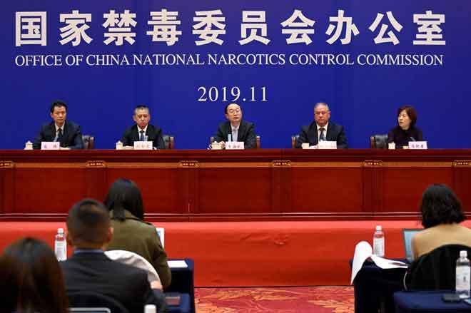 Timbalan Pengarah Suruhanjaya Kawalan Narkotik Kebangsaan China, Yu Haibi (tengah) bercakap semasa taklimat di Xingtai, wilayah Hebei, China semalam. — Gambar Wang Zhao/AFP