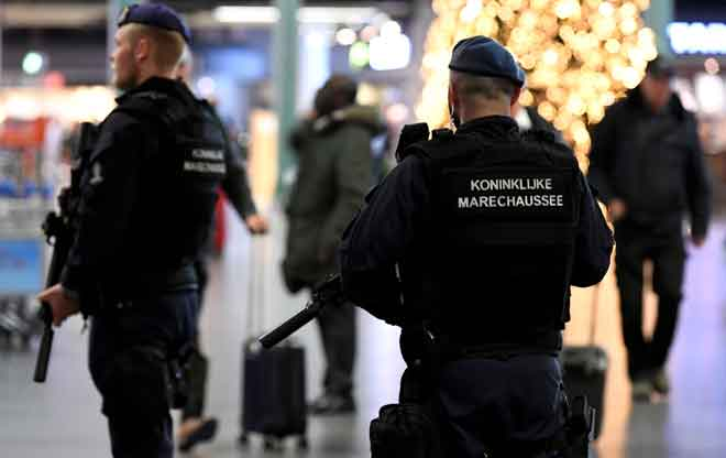 Anggota polis dilihat berkawal di lapangan terbang Schiphol, Amsterdam selepas satu amaran rampasan palsu dikeluarkan kelmarin. — Gambar Piroschka van de Wouw/Reuters