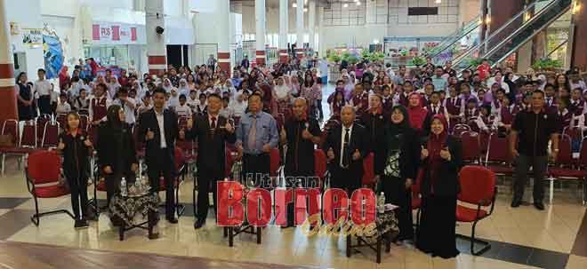 (tiga kiri) Iqbal, Ahmad, Dr Teo, Adly serta yang lain merakam kenangan bersama antara penerima anugerah dan ibu bapa yang hadir sempena Majlis Anugerah Kecemerlangan Kokurikulum 2019 SK Jalan Bintang, kelmarin
