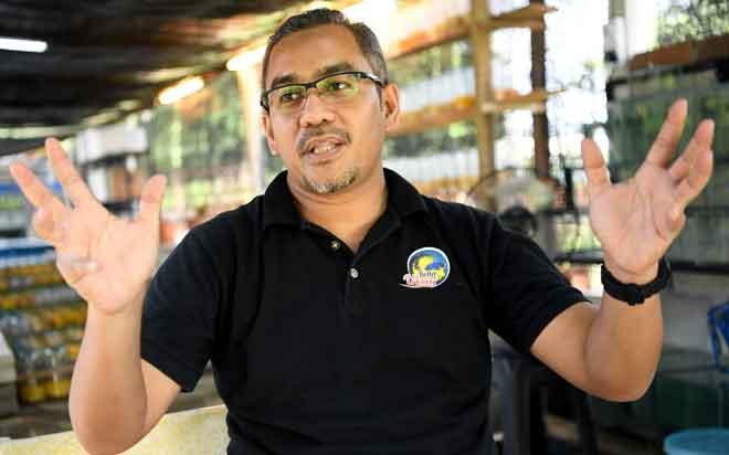 Dr Safial yang mempunyai minat mendalam terhadap ikan laga atau dikenali sebagai ikan betta ketika ditemui Bernama baru-baru ini.  — Gambar Bernama