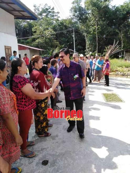 Abang Zulkifli disambut mesra warga PIBG SK Melaban di Limbang semalam.