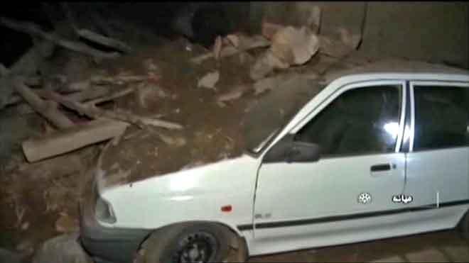Gambar diambil daripada video diterbitkan oleh media Iran semalam menunjukkan sebuah kereta ditimpa runtuhan selepas gempa bumi sekuat 5.9 magnitud melanda bandar Tabriz, di Wilayah Timur Azerbaijan semalam. — Gambar Iran Press/AFP