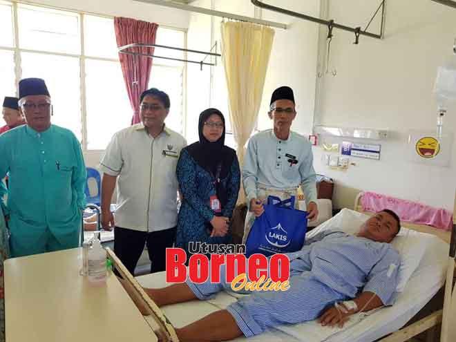Mohammad Amin (kanan), Dr Maria (dua kanan), Selamat (tiga kanan) menyampaikan sumbangan kepada salah seorang pesakit di wad Hospital Serian, semalam.