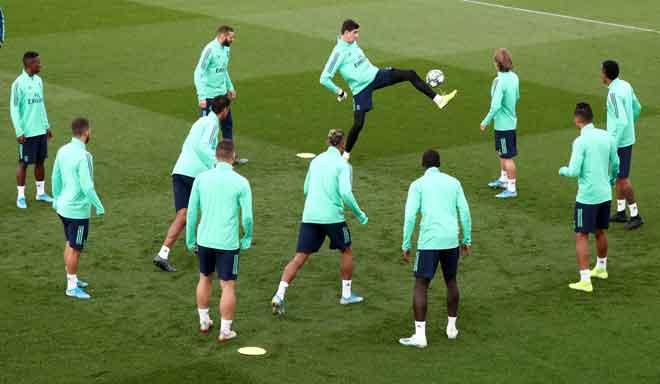 Gambar fail menunjukkan pasukan Real Madrid sedang menjalani latihan di pusat latihan di Madrid, Sepanyol. — Gambar Reuters