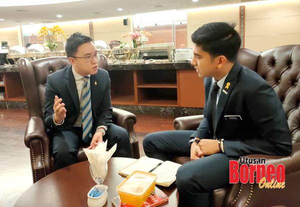 Phoong (kiri) berbincang sesuatu bersama Menteri Belia dan Sukan Malaysia Syed Saddiq.