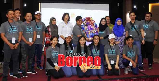 Victoria (enam kiri) menyampaikan hadiah kepada salah satu kumpulan yang memenangi pertandingan pada program tersebut.