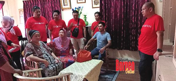Amisah dan Firdaus bersama jentera Bersatu Sabah menziarahi sekitar kawasan PDM Serkat Pontian, Tanjong Piai.