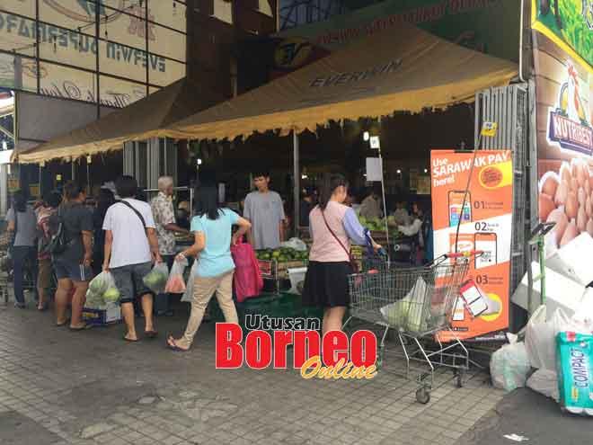 Orang ramai memilih barang keperluan mereka di Pasar Raya Everwin di Terminal Bus Sibu (Jalan Pahlawan).
