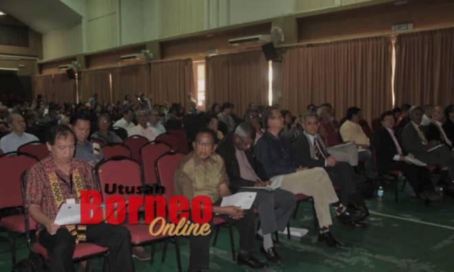 Patrick (kiri) serta yang mendengar perkongsian ilmu oleh penceramah pada Forum Kebebasan Beragama dan Pembangunan Bangsa DNC di Dewan  DBNA hari ini.