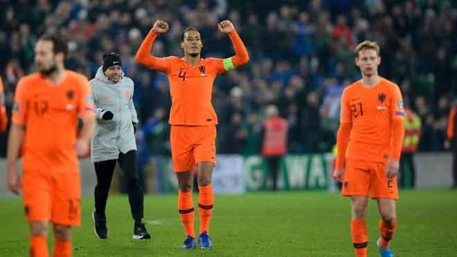 Van Dijk (tengah) meraikan kejayaan Belanda selepas tamat perlawanan menentang Ireland Utara di Windsor Park, Belfas Sabtu lepas. — Gambar AFP