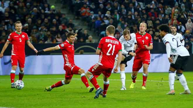 Kroos (tengah) melepaskan rembatan untuk menjaringkan gol keempat Jerman pada aksi di Borussia-Park, Moenchengladbach kelmarin. — Gambar Reuters