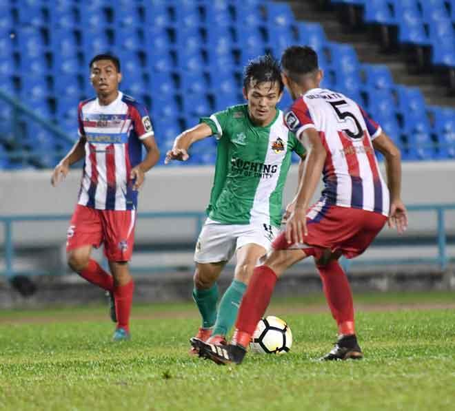 Joseph cuba melepasi kawalan pemain Ultimate FC dalam perlawanan penutup tirai Liga M3 2019 di Stadium Sarawak, Petra Jaya malam kelmarin.