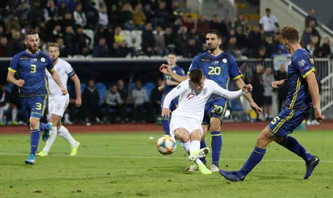 Mount (tengah) melepaskan rembatan untuk menjaringkan gol buat England ketika beraksi pada perlawanan menentang Kosovo di Pristina, Kosovo kelmarin. — Gambar AFP