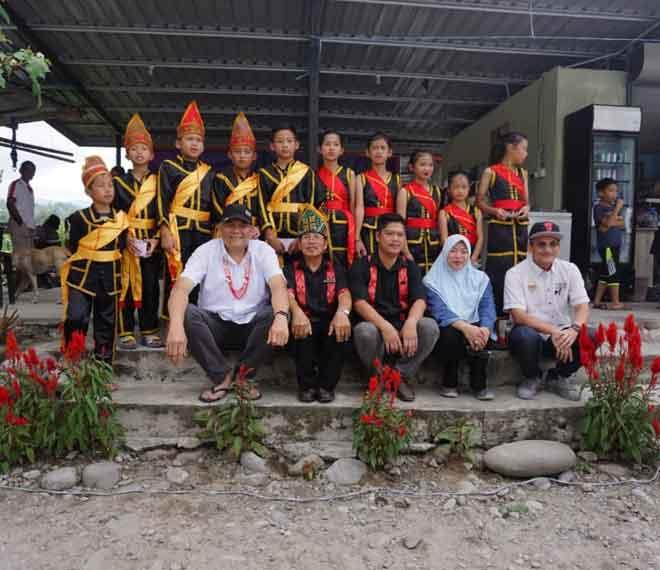 Sallehhuddin (duduk kiri) berkesempatan bergambar bersama penduduk Kampung Tambatuon Kota Belud semasa kunjungan berkenaan.