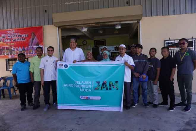 Deliam (lima kiri) merakamkan kenangan sempena lawatan Sallehhuddin (empat kiri) dan rombongan MOA ke kilang Mak Anna.