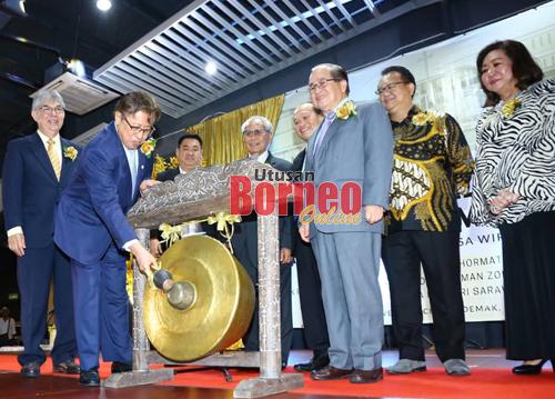Abang Johari ditemani Uggah dan tetamu kehormat lain memukul gong sebagai simbolik pelancaran Projek Pusat Komuniti dan Rumah Ibadah BEM, Taman Desa Wira.