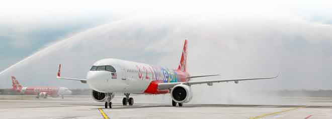Pesawat A321neo disiram air sebaik mendarat di Lapangan Terbang Antarabangsa Kuala Lumpur 2 (klia2). — Gambar Airbus
