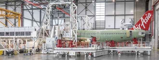 Kerja-kerja mengecat pesawat A321neo yang ditempah AirAsia. — Gambar Airbus