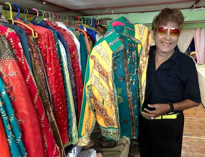 Raja Gelek Malaysia Datuk M. Daud Kilau, 81, menunjukkan koleksi baju labuci yang sering dipakainya semasa persembahan kepada wartawan ketika ditemui di kediamannya. — Gambar Bernama