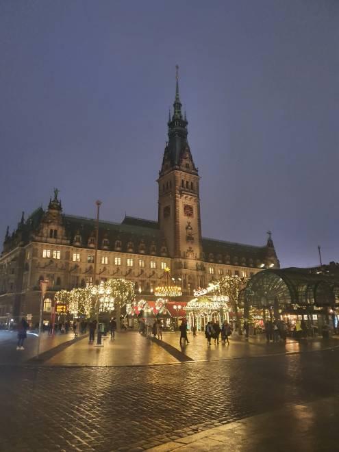 Pasar Krismas didirikan di pekarangan Hamburg City Hall namun belum beroperasi.
