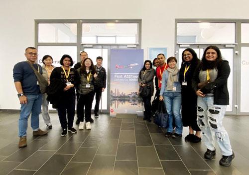 Sebahagian penggamal media dari Malaysia dan China serta kakitangan AirAsia merakam kenangan di pejabat Airbus