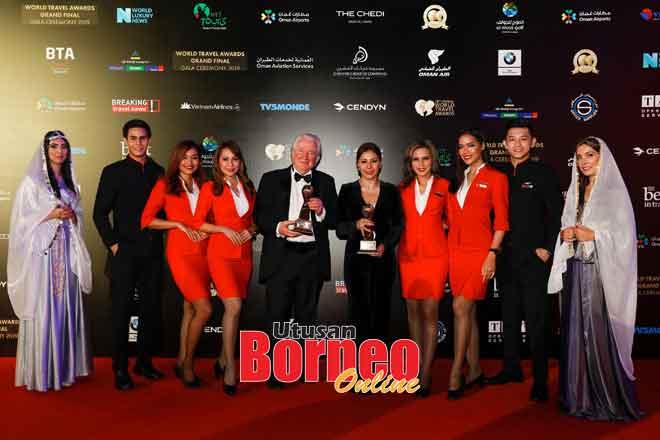 Suhaila (tengah) menerima Anugerah Syarikat Penerbangan Tambang Rendah Terkemuka Dunia bersama Presiden dan Pengasas World Travel Awards, Graham Cooke (tengah kanan), disertai kru kabin AirAsia di Muscat baru-baru ini.