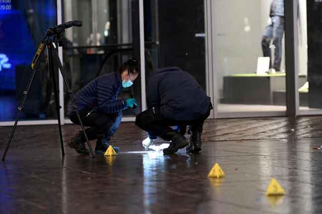 Pegawai forensik memeriksa untuk mencari petunjuk di lokasi di mana seorang lelaki menikam tiga remaja di lebuh beli-belah utama di The Hague, Belanda kelmarin. — Gambar Reuters