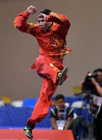 ksi lincah atlet wushu negara Loh Choon How dalam acara Taijiquan Lelaki Akhir sempena Sukan SEA Filipina di World Trade Center Manila hari ini. - Gambar Bernama