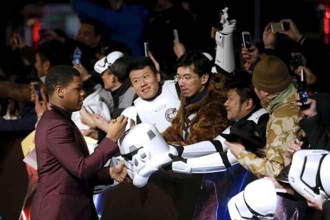 The Force Awakens' di Shanghai, China, pada 27 Disember 2015. — Gambar Reuters