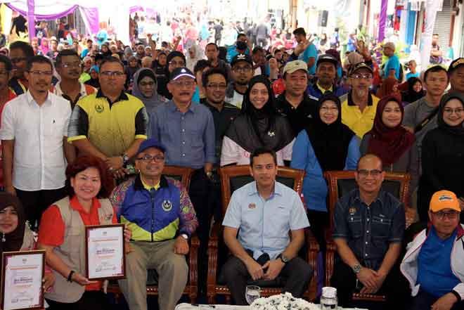 Azhar (tiga kanan) bergambar dengan tetamu yang hadir pada majlis perasmian Program Eko Komuniti #trashtocash @ Kuale Car Free Day, di Kuala Kangsar semalam. — Gambar Bernama