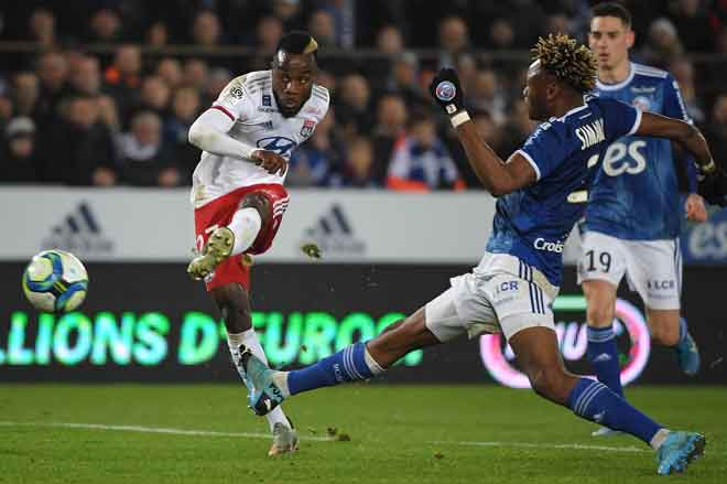 Cornet (kiri) melepaskan rembatan di hadapan pemain Strasbourg, Mohamed Simakan pada aksi di Stadium Meinau, Strasbourg kelmarin. — Gambar AFP