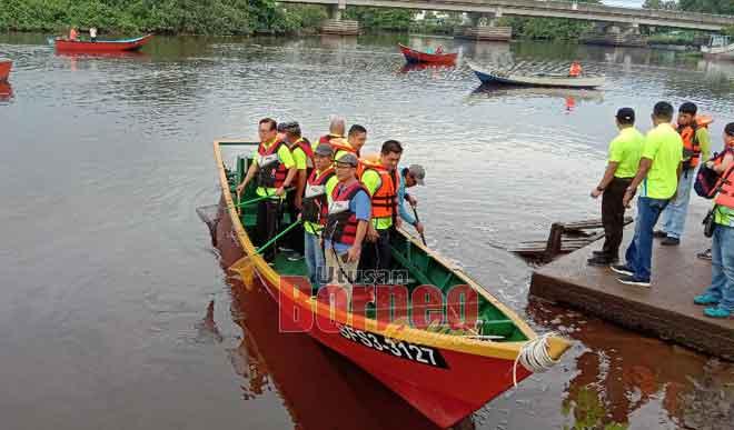 Lee (kanan) bersama tetamu lain melakukan simbolik perasmian Kempen Kebersihan Sungai Miri di Kampung Pengkalan Lutong semalam.