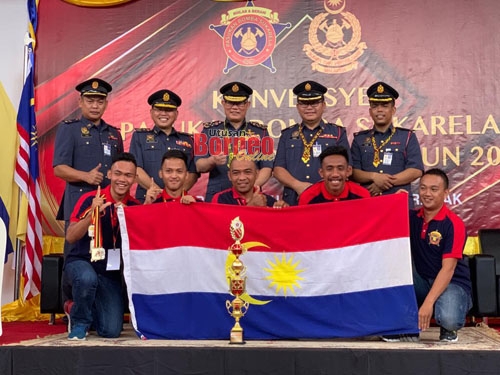 Hamdan (barisan belakang, tengah) merakam kenangan bersama juara keseluruhan iaitu PBS Labuan pada  majlis penutupan Konvensyen PBS Peringkat Zon Borneo di Kuching hari ini.