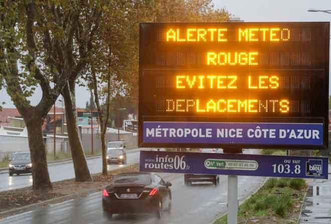 Papan tanda tertera amaran merah yang tidak membenarkan pergerakan kenderaan ketika French Riviera berada dalam keadaan berjaga-jaga ekoran hujan lebat dan banjir di Nice, kelmarin. — Gambar Reuters