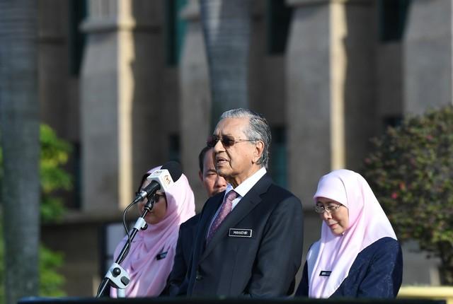 Dr Mahathir  (dua, kanan) menyampaikan ucapan pada Perhimpunan Bulanan Jabatan Perdana Menteri di Dataran Putra Perdana, Bangunan Perdana Putra hari ini. Turut sama Timbalan Perdana Menteri Datuk Seri Dr Wan Azizah Wan Ismail (kanan). - Gambar Bernama