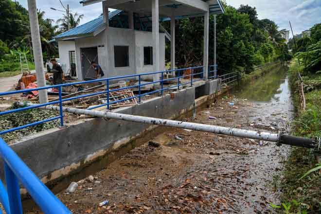 Kerja-kerja menaiktaraf rumah pam giat diusahakan ketika tinjauan fotoBernama di Rumah Pam Sungai Putat, Melaka semalam. — Gambar Bernama