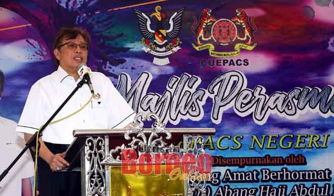 Abang Johari lebuh ti bejaku maya bejadi Opis CUEPACS Nengeri Sarawak di Jalai Bampflye Kuching. — Gambar Muhd Rais Sanusi