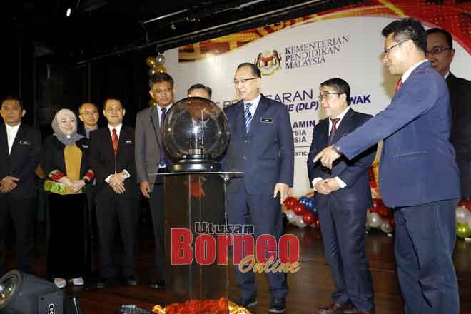 Dr Amin (tiga kanan) ngaga simbolik maya Bejadi Pengawa Bejalaika Program DLP Sarawak di Kuching ensanus.