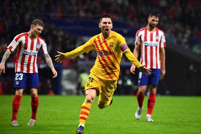 Messi meraikan jaringannya pada minit akhir perlawanan pada aksi La Liga Sepanyol di antara Atletico dan Barca di Stadium Wanda Metropolitano, Madrid kelmarin. — Gambar AFP