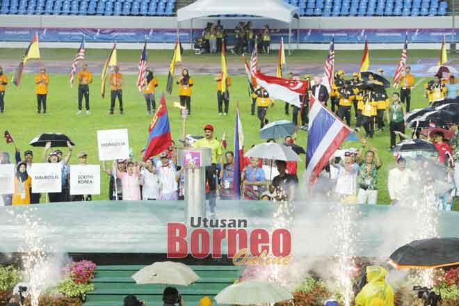 Nyalaan obor menandakan bermulanya Kejohanan Olahraga Master Asia Ke-21 di Stadium Sarawak semalam. — Gambar Chimon Upon