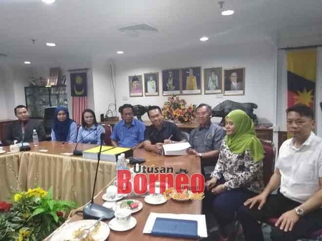 Dr Abdul Rahman (empat kiri) menyaksikan Sufian menandatangani dokumen Projek Menaik Taraf Tebingan Sungai Limbang Fasa Dua, kelihatan sama Petrick (tiga kanan).
