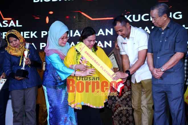 Florence menerima anugerah daripada Menteri KWKPK Dato Sri Fatimah Abdullah pada Karnival Wellbest Sarawak baru-baru ini. — Gambar Muhammad Rais Sanusi